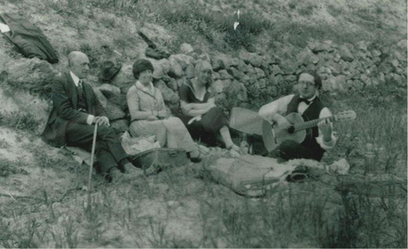 Manuel y María del Carmen de Falla, Emilia Llanos y Andrés Segovia en una excursión. Granada, 1923. Archivo Manuel de Falla, Granada.
